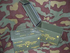 Cassetta lamiera 5,56 mm Cassetta portamunizioni in lamiera 5,56 mm. Mis. cm 28x14x18 -usata Militaria